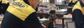 Ragazzi al lavoro nel montaggio di un impianto elettrico al Centro di Formazione Rebaudengo